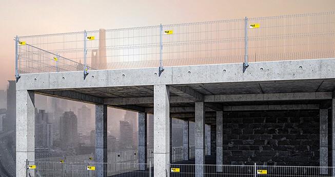 Det är ett modernt fallskyddssystem som uppfyller europeiska säkerhetsstandarder och är avsett för fallskydd i byggnader,  öppningar och andra platser där risk för fall från höjd föreligger.